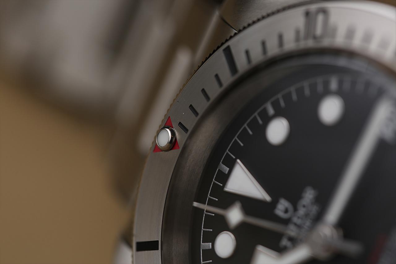 Prepoznatljiv crveni trougao na rotirajućem prstenu